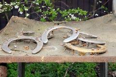 Fünf alte rostige Hufeisen als Hintergrund am ländlichen Pferd bewirtschaften wie Lizenzfreie Stockfotografie