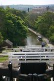 Fünf Anstiegverriegelungen auf Kanal Stockbilder