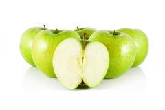 Fünf Apfel und halber Apfel Lizenzfreie Stockbilder