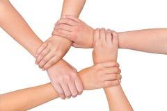 Fünf Arme von den Kindern, die auf weißem Hintergrund zusammenhalten Lizenzfreies Stockfoto