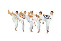 Fünf Athleten im karategi schlägt mae-geri lizenzfreie stockfotos