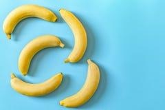 F?nf Bananen auf einem blauen Pastellhintergrund Minimales Konzept stockbild