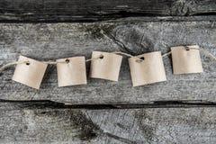 Fünf braune Papierblätter stockfoto
