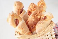 Fünf Brotsteuerknüppel mit Käse und Speck lizenzfreies stockfoto