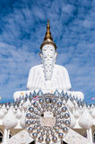 Fünf Buddhas an Tempel Wat Phra Thad Pha Sons Kaew Lizenzfreie Stockfotos