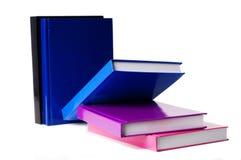 Fünf bunte Bücher auf einer weißen Tabelle stockbild