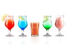 Fünf bunte Cocktails auf lokalisiertem backround Lizenzfreie Stockbilder