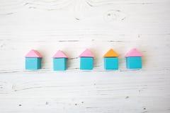 Fünf bunte Häuser von den Würfeln Lizenzfreie Stockbilder