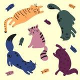 Fünf bunte Katzen spielen mit Fischen Catfood Stockfotografie