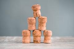 Fünf Champagne Corks Stapled als Triangel lizenzfreie stockfotos