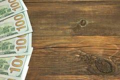 Fünf ein Hudred-Dollar-Bill On The Rough Wood-Hintergrund Stockbilder