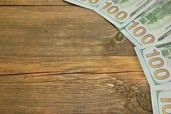 Fünf ein Hudred-Dollar-Bill On The Rough Wood-Hintergrund Stockfotografie