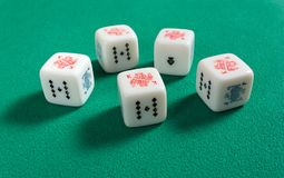 Fünf einer Art auf Poker-Würfeln Stockbild