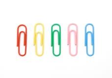 Fünf Farbenpapierklammern Stockfotografie