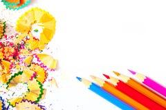 Fünf farbige Bleistifte und Schnitzel auf Weiß Stockfoto