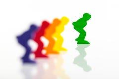 Fünf farbige Pfand auf einem weißen Hintergrund lizenzfreie stockbilder