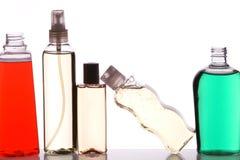 Fünf Flaschen auf Regal lizenzfreie stockbilder