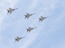 Fünf Flugzeuge MiG-29 im Himmel Lizenzfreie Stockfotos