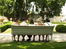 Fünf Frauen auf der Bank Lizenzfreie Stockfotos