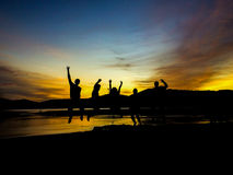 Fünf Freunde, die an der Dämmerung springen lizenzfreies stockbild