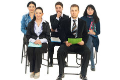 Fünf Geschäftsleute, die bei der Konferenz hören stockfoto