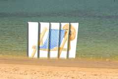 Fünf-geteilte Anschlagtafel mit Bild eines deckchair auf dem Strand Lizenzfreies Stockfoto