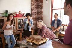 Fünf glückliche Freunde, die in der Küche, selektiver Fokus lachen stockfoto