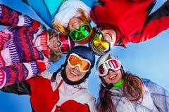 Fünf glückliche Freunde, die mit Schutzbrillen stehen Stockfotos
