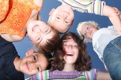 Fünf glückliche Kinder draußen Stockfotografie