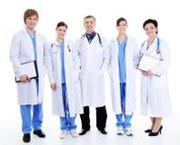 Fünf glückliche lachende Doktoren im Krankenhauskleid Stockbilder
