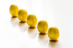 Fünf Gold-Ostereier auf dem Tisch Stockbilder
