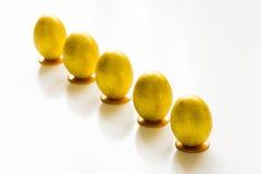 Fünf Gold-Ostereier auf dem Tisch Lizenzfreie Stockfotos