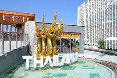 Fünf goldene thailändische Drachen und ein Pool verzieren den Pavilloneingang der Thailand-AUSSTELLUNG Mailand 2015 stockfotografie