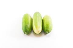 Fünf grüne Gurken auf weißem Hintergrund Lizenzfreies Stockfoto