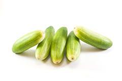 Fünf grüne Gurken auf weißem Hintergrund Lizenzfreie Stockfotos