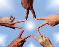 Fünf Hände, die einen Stern aufbauen stockbild