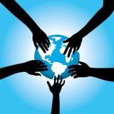 Fünf Hände, die Erde berühren Lizenzfreie Stockfotos