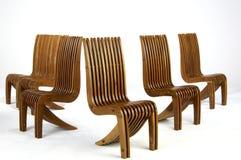 Fünf hölzerne seitliche Stühle der modernen Auslegung lizenzfreie stockbilder