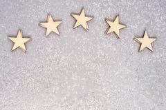 Fünf hölzerne Sterne stockfoto