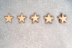 Fünf hölzerne Sterne in den Stapel Stockfotografie