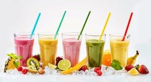 Fünf hohe Gläser tropische Frucht Smoothies lizenzfreies stockfoto