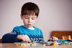 Fünf Jahre alte Junge, die mit Bausteinen spielen Lizenzfreies Stockbild