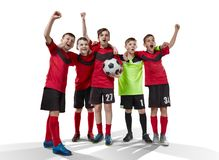 Fünf Jugendfußballspieler, die Sieg auf Weiß feiern stockfotografie