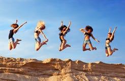 Fünf junge Frauen stockbilder