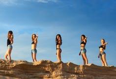 Fünf junge Frauen lizenzfreie stockfotografie