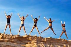 Fünf junge Frauen lizenzfreie stockfotos