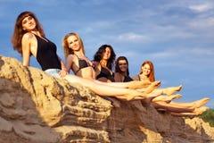 Fünf junge Frauen stockfotos