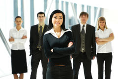 Fünf junge Geschäftsleute stehen im Team Lizenzfreies Stockfoto