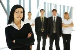 Fünf junge Geschäftspersonen stehen im Team Lizenzfreies Stockfoto