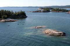 Fünf Kajaks auf Lake Superior Stockbilder